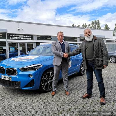 Übergabe des BMW durch den Filialleiter von BMW Hakvoort Königswinter Nico Baur an den Geschäftsbereichsleiter Kultur Ulrich Berres ©Helmut Reinelt