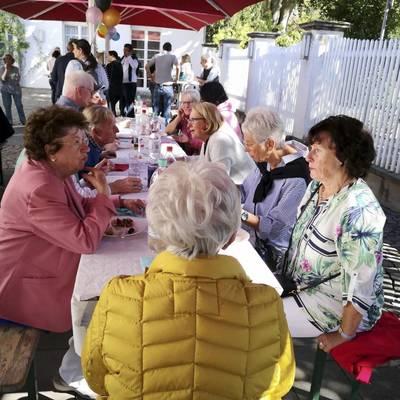 Zahlreiche Ehrenamtliche folgten der Einladung des Bürgermeisters.  Bei diesem jährlichen Fest treffen sich Ehrenamtliche der verschiedenen Organisationen (AWO, NIK, Forum Ehrenamt, Flüchtlingshilfe, geben&nehmen und der Kirchen zum Kennenlernen und Austausch. Auch viele Zugezogene und Neubürger haben sich den Aktionen und Projekten angeschlossen.