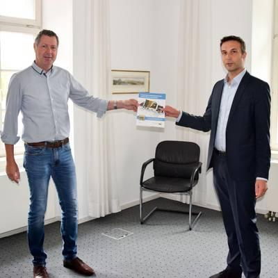 Bürgermeister Peter Wirtz und Geschäftsführer der Energieagentur Rhein-Sieg Thorsten Schmidt bei der Vorstellung des Energieratgebers