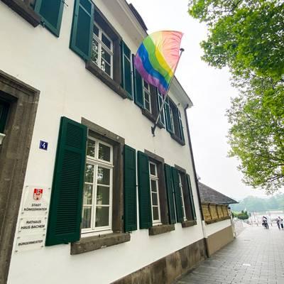 Am Haus Bachem wurde die Regenbogenfahne für Toleranz, Vielfalt, Respekt und gegen jegliche Art von Diskriminierung gehisst