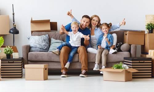 Familie in neuem Haus auf Couch