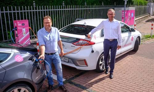 Bürgermeister Lutz Wagner und Bruno Jacobfeuerborn, Geschäftsführer der Telekom-Tochter Comfort Charge GmbH an der E-Ladesäule in der Meerkatzstraße Königswinter