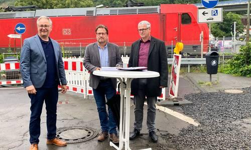 Technischer Dezernent Theo Krämer, Bürgermeister Lutz Wagner und Albert Koch, Geschäftsbereichsleiter Tief- und Gartenbau bei der Unterzeichnung der Vereinbarung