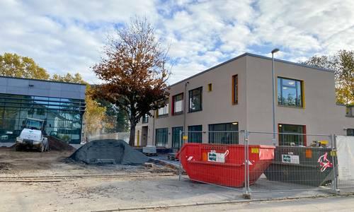 Baustellenbild: Die Fertigstellung des Hallenbads und der Kindertagesstätte verzögert sich