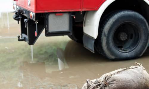 Symbolbild: Feuerwehr leistet mit Sandsäcken Hilfe vor Hochwasser