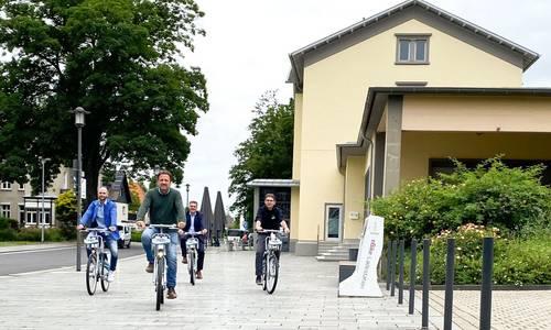 Bürgermeister Lutz Wagner testete das System am Bahnhof Königswinter zusammen mit dem Fachbereichsleiter Verkehr und Mobilität des Rhein-Sieg-Kreises, Herrn Dr. Berbuir, dem Geschäftsführer der RSVG, Herrn Otto und dem Account-Manager von nextbike, Herrn Löhr.