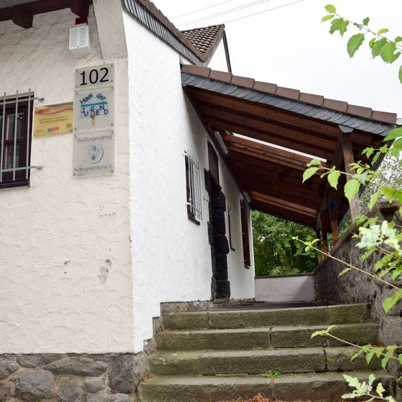 HausJugendEingangTreppe low