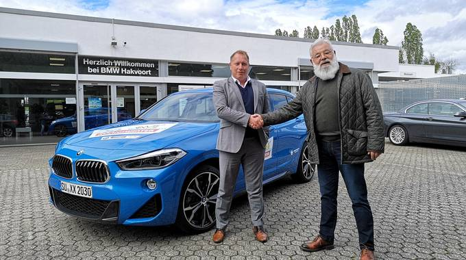 Übergabe des BMW durch den Filialleiter von BMW Hakvoort Königswinter Nico Baur an den Geschäftsbereichsleiter Kultur Ulrich Berres