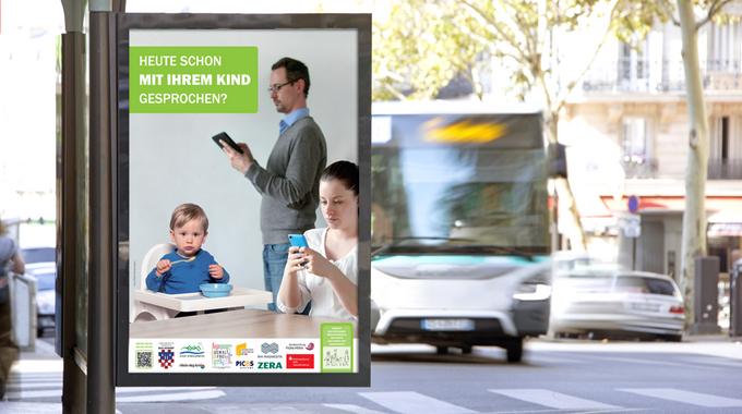 Plakat an einer Bushaltestelle: Eltern beschäftigen sich nicht mit ihrem Kleinkind am Esstisch, sondern mit ihren Handy