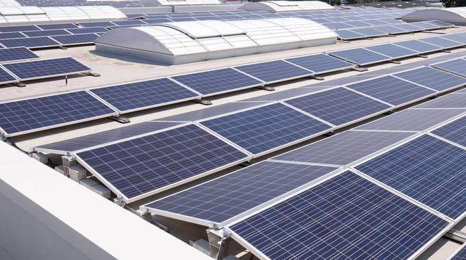Zahlreiche Photovoltaik-Panels auf einem Dach